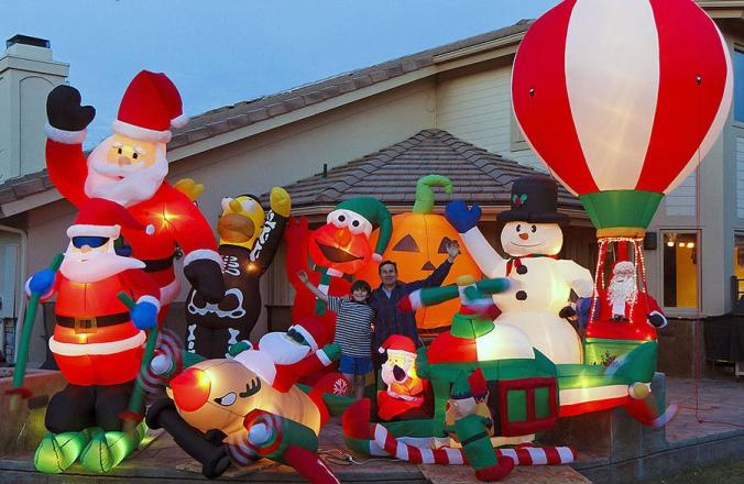 2010_11_19-18_01_47-8617-closeup-christmas-inflatables-e1450686221356